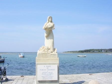 Statua di Emanuela Arcuri a Porto Cesareo